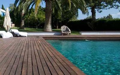 Suelo de madera en exterior con piscina